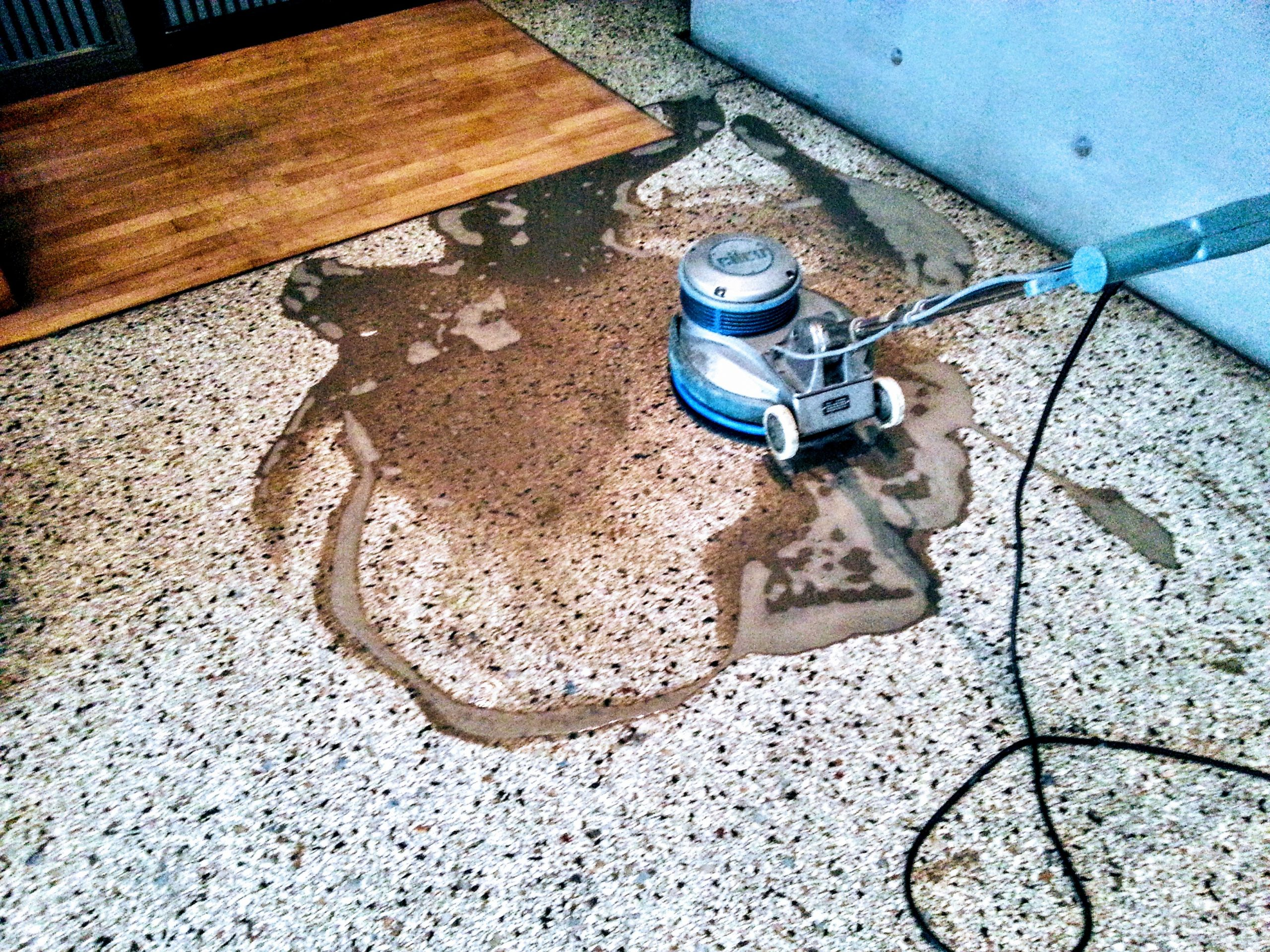 Reinigungsprozess von einem Steinboden mit professioneller Maschine - Wischen ist Macht JAMES CLEAN GMBH Ihr Servicepartner seit 1996 aus Mönchengladbach