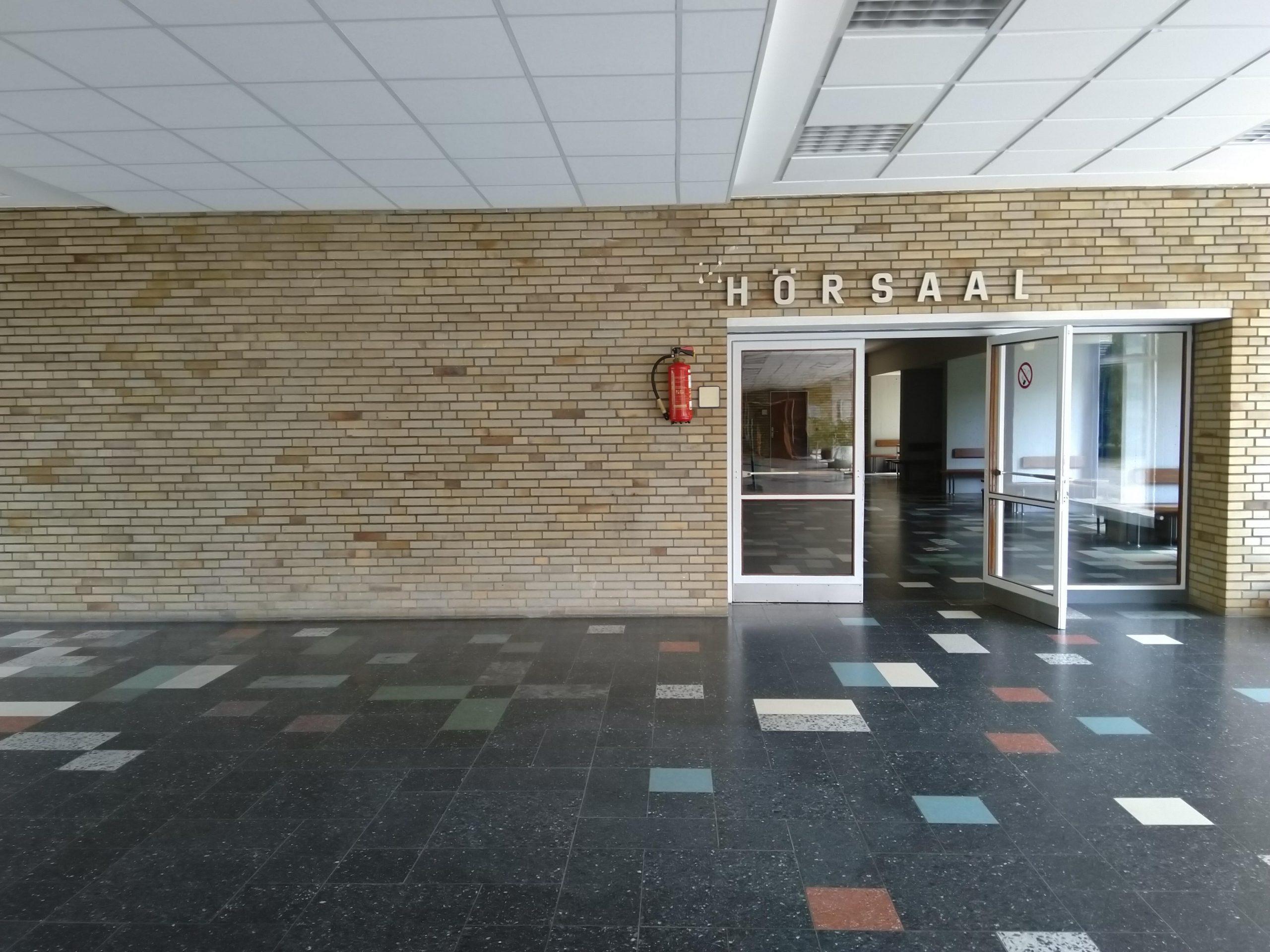 Eingangsbereich zum Hörsaal - Wischen ist Macht JAMES CLEAN GMBH Ihr Servicepartner seit 1996 aus Mönchengladbach