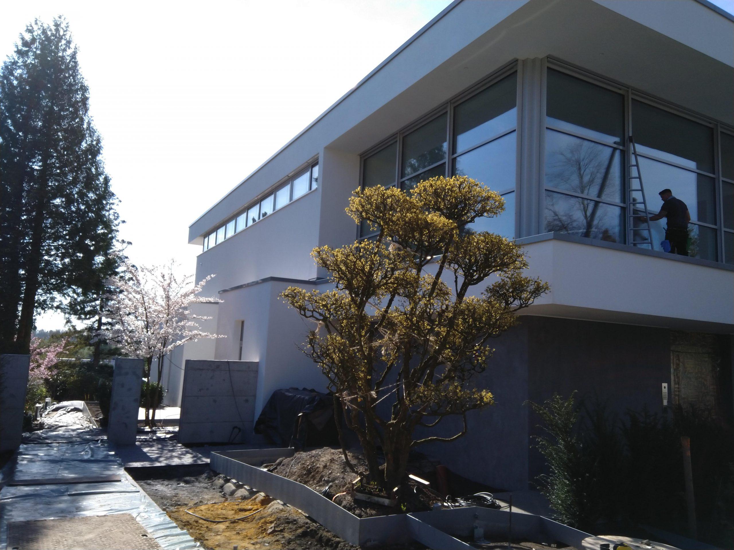 Mitarbeiter putzt Fenster vom Neubau - Wischen ist Macht JAMES CLEAN GMBH Ihr Servicepartner seit 1996 aus Mönchengladbach